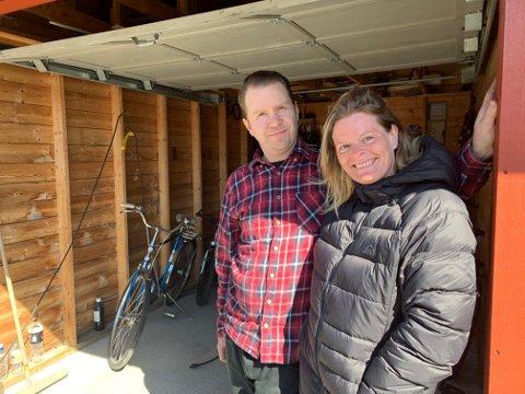 GARASJE: I påsken har Henning og Linda Halvorsen åpnet sykkelverksted i garasjen. Nå er de på utkikk etter et mer permanent lokale.