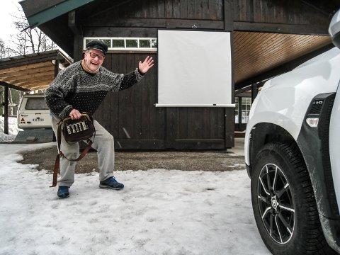KINO: Her er Bård Kjetil Venhaugs Drive In-kino i Tuddal. Med plass til tre biler.
