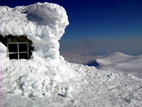 VINTER: Dette bildet er tatt i februar i 2018. I år er det fortsatt mye snø på toppen, og snøfonna på den ene siden av turisthytta skal fremdeles være i takhøyde.