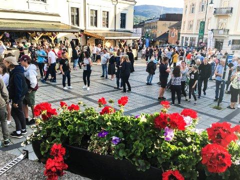 TRIVELIG BY: Med blomster og folk blir det riktig så trivelig i Notodden sentrum. Her fra byfesten sommeren 2019.