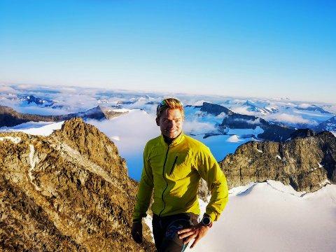 GALDHØPIGGEN: Torgrim Aas (25) har vært både høyt og lavt. Det er destinasjonene i Norge som imponerer han mest. Her fra Galdhøpiggen.