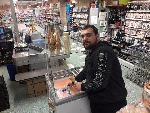 NYTT TILBUD: Butikkinnehaver Hasan C. Baykus i Matkroken Hovin har investert i frysedisk kun for iskrem. Dermed blir det salg av kuler med iskrem nå utover sommeren.