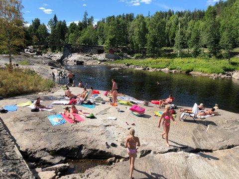 BADEPERLE: Slik kan en varm sommerdag se ut ved Omnesfossen. Nå har ivrige ildsjeler gjort badeplassen mer tilgjengelig.