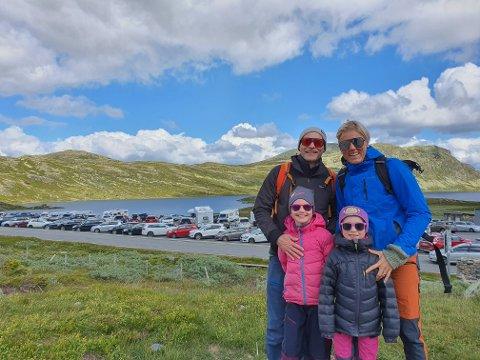 PÅ TUR:  Mimi 7 år,  Ada 6 år, Håmund Hæreid og Karianne Rehder på vei til toppen. Foto: Torfinn Skåttet