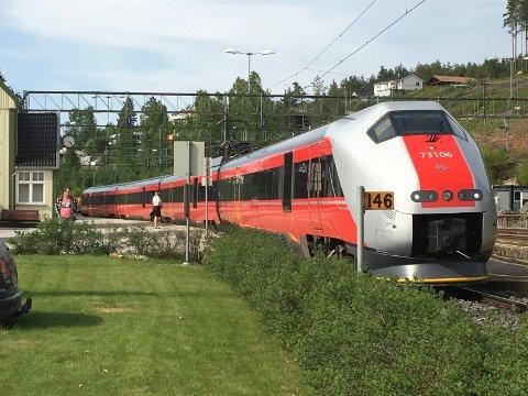 TOGTUREN: For mange passasjerer er litt av gleden med togturen å kunne ha god utsikt fra togvinduet.  Her har ekspresstoget på Sørlandsbanen tatt en stopp på Nordagutu stasjon.