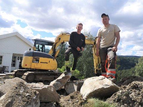 ARBEIDSKAMERATER OG SØSKENBARN: Magne og Martin Høyseth fra Hovin har etablert Høyseth grave og transport AS.