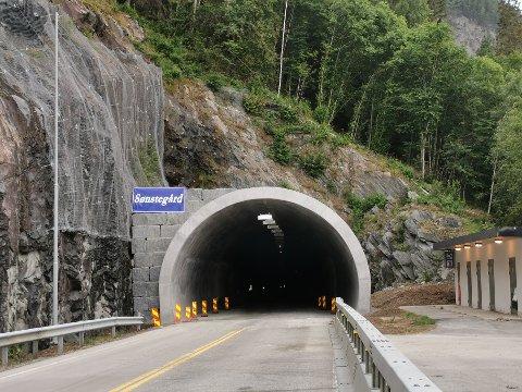 FERDIG: Presturatunnelens forlengede åpningsløp er ferdig. Denne tunnelene har steinblokkmur på venstre side, mens Jønjiljo har på begge sider.
