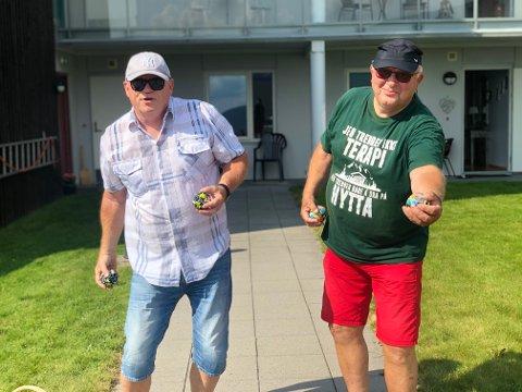 GJØR SLIK: Hans Christian Erichsrud og Svein Hellebrekke demonstrerer hvordan man spiller boccia.