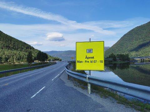 ÅPENT: Tinnsjøvegen vil være åpen på dagtid på lørdag, men fylkeskommunen kommer ikke til å skilte om for denne ene dagen.