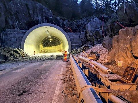 TINNSJØVEIEN: Tunnelene på Tinnsjøveien oppgraderes. Nylig fikk en underentreprenør beskjed om å pakke sammen, de kunne ikke jobben sin. Dermed sto anlegget i to dager.