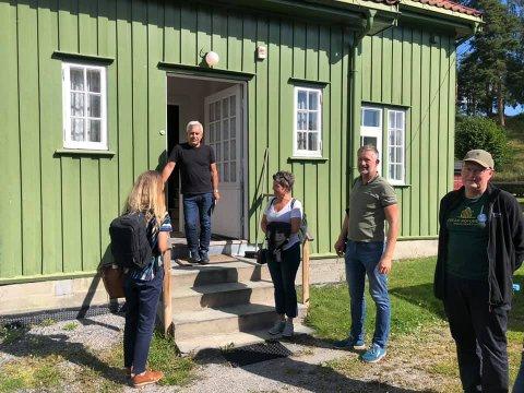 OMVISNING: Notodden historielag holdt omvisning i Grønnbyen og fikk mye skryt for sitt engasjement i Verdensarven.