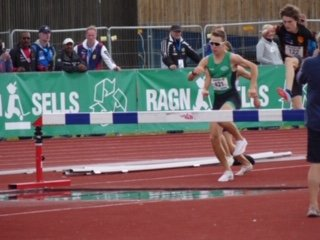 GULL IGJEN: 17 år gamle Vebjørn Hovdejord løp inn tril sitt andre gull i U-NM på Jessheim - denne gang på 2000 meter hinder på 6,01 sekunder - altså tre minutter på kilometeren - stikk en!