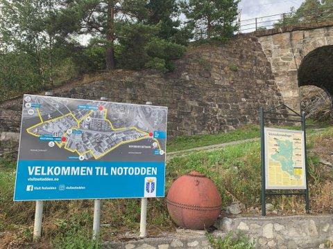 På plass: Nå er skiltet på plass i båthavna, enkelt, men likevel informativt for turister. (Foto: NUAS)