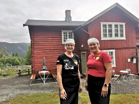 PUST I BAKKEN: Gunn Langeland og Vanessa Asdal har sørget for at flere tusen har storkost seg på Krokan i sommer.