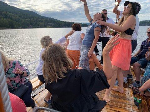 """HØY STEMNING: Det er alltid høy stemning ombord på """"Skøyta""""."""