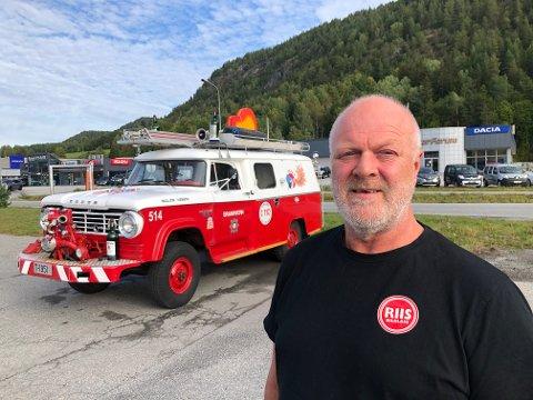 """HYGGE: - Vi var alle gode venner av Hennning """"Dose"""" Bentsen og kjøpte brannbilen hans som han skapte mye moro med. Det skal vi fortsette med, sier Trond Hansen. Klikk på pila eller sveip for å se flere bilder."""