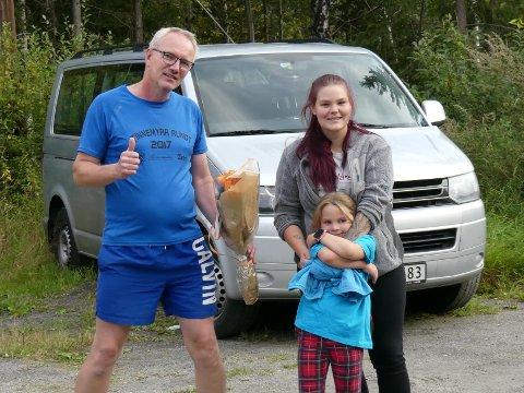 FORTSETTE: Egil Simones fikk blomster for sin innsats tirsdag. Familien Egedal setter stor pris på innsatsen han legger ned.