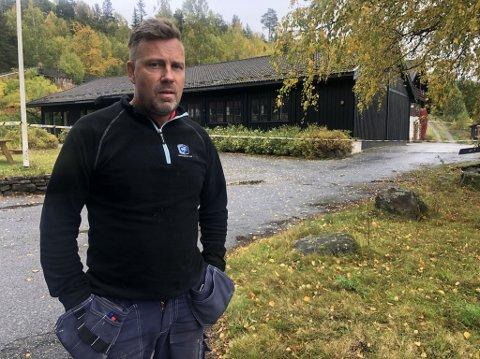 DRAMATISK: Huseeier Hans Erik Børjesson forteller en dramatisk historie om hva som skjedde i hybelhuset på Bolkesjø.