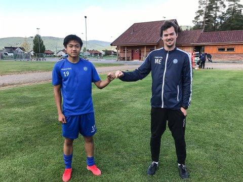 NY: Christoffer Cheng er ny i NFK-troppen før ettermiddagens kamp mot Bryne. Her med trener Magnus Erga på treningsfeltet på Nordagutu tidligere i uken.