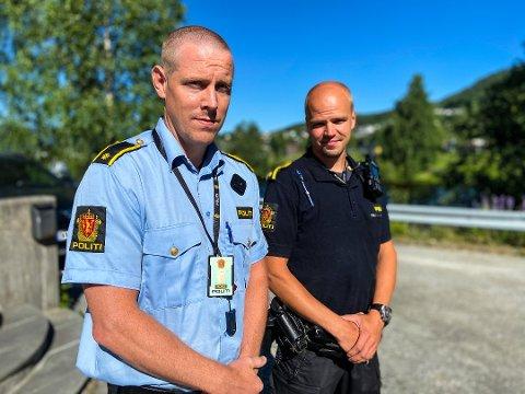SI FRA: Etterforskningsleder Jan Gunnar Kigen ved Notodden politistasjon ber folk melde fra om de ser noen fikle med hjulene på andres sykler. Her er han avbildet sammen med Paul André Carlsen i en annen sak.