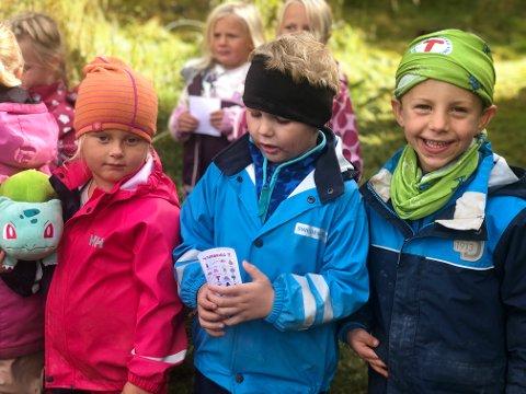 TURGLADE: Vilja (5), Crisander (5) og Harvey (5) koser seg på Turbotråkk-dagen.