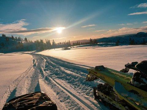 NATURSKJØNT: Fjellet er bare en kort tur unna når man har snøscooter.