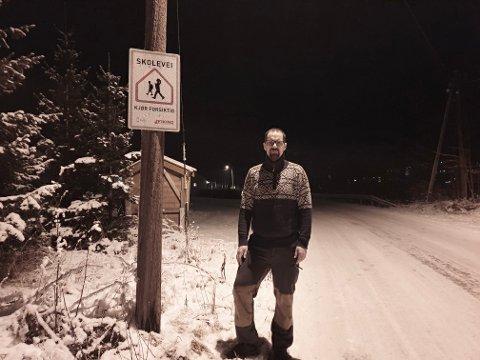 TÅLMODIG: Småbarnsfar Kenneth Oldrup-Dalen er dypt bekymret over trafikksikkerheten på Meaksmoen og Tinnesmoen. Han venter fortsatt på svar på sin henvendelse til kommunen. I mellomtiden har han og andre foreldre satt igang vei skilting på oppfordring fra kommunen.