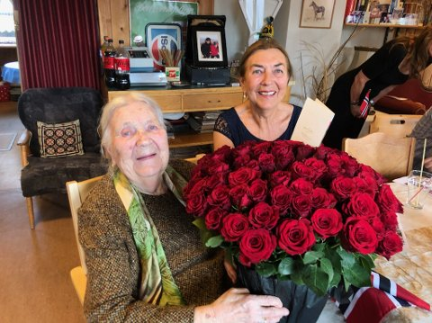 DOBBELT: Tutta fyller 100, Sonja fyller 75, men det var Tutta som stjal oppmerksomheten i Tomtes Kafé da det ble feiret det runde og spesielle året etter at hun så dagens lys  4. oktober 1921.
