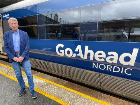 SKAL STOPPE: Salgssjef Dag Brekkan i GoAhead forteller at selskapet er forpliktet til å stoppe på Nordagutu i henhold til avtalen med Jernbanedirektoratet.