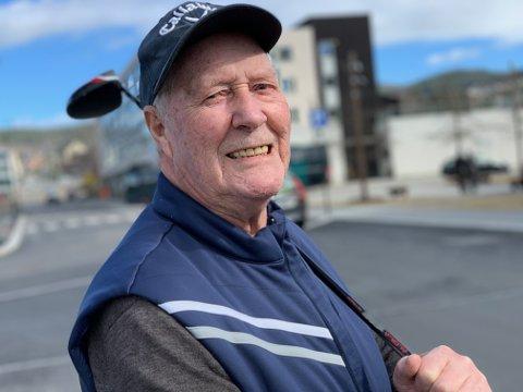 GOLF: Magne Nykås (86) sier golf har holdt ham frisk i voksen alder, og anbefaler alle til å bli med - uansett alder.