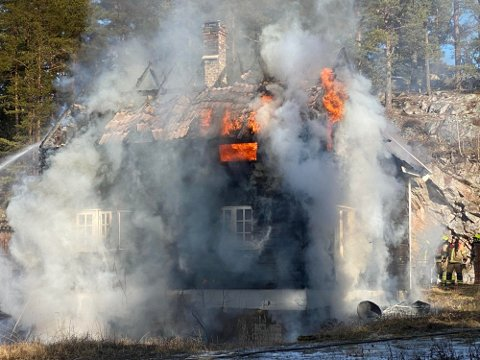 HUSBRANN: Huset ved Klevar var fullstendig overtent innen brannvesenet nådde frem til eiendommen onsdag. Det ble jobbet med å hindre at brannen spredde seg.
