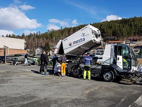 TONN PÅ TONN: Nær 50 snøggere møtte fram på dugnaden på lørdag, og i løpet av tre timer hadde de raket, sopt og spadd opp rundt 17 tonn med gummigranulater inkludert litt grus og søppel.