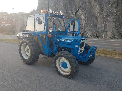 """FLATT: Denne traktoren med flatt fordekk var blant de """"rånerbilene"""" som ble kontrollert i går. Her på rasteplassen ved Kleivane i Notodden."""