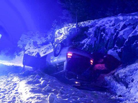 TRAFIKKULYKKE: Føreren mistet kontroll over bilen i en slak sving. Bilen hadde dårlige dekk. Foto: Åslaug Græsvold, Telen