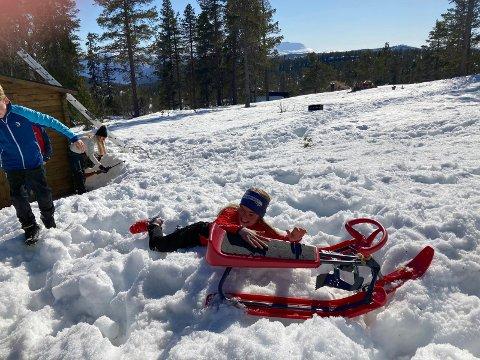 lPÅSKEKONKURRANSE: Anne (10) kastet seg over rattkjelken som markerer målet for hinderløypa.