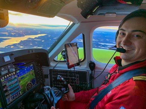 STORTRIVES: Fredrik Melsom Vaa (28) stortrives bak spakene på King Air. Han har nå lagt sitt første år som ambulanseflyger bak seg. Og det blir ikke det siste, sier han.