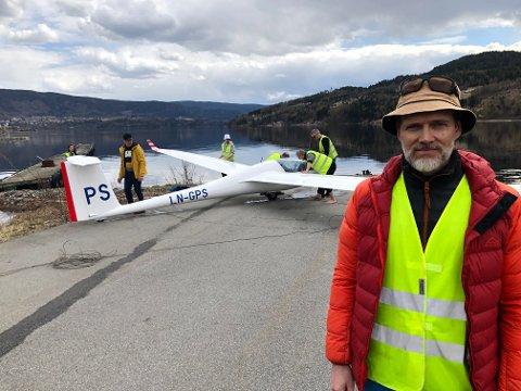KLAR: Øystein Bjørklund (49) fra Lørenskog måtte nødlande i Heddalsvannet ved Notodden. - Slikt skjer, jeg vil opp i lufta igjen så snart som mulig, sier seilflygeren som er medlem av Sandefjord Seilflyklubb.