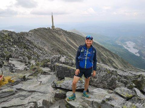 GÅR NYE VEIER: Bjørnar Eidsmo tar seg tid til å stoppe opp og nyte terrenget når han løper og går på stadig nye stier. - Bildet er fra 2018 da jeg over to dager løp mellom Rjukan og Notodden på sti via Gautastoppen.