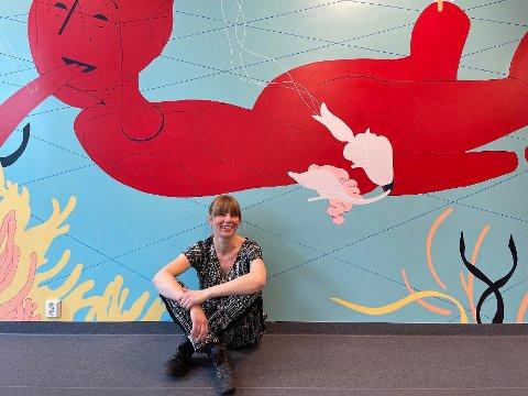 KUNST: Bente syns det er kult at ledelsen på NUSK har fokus på kunst og farger. Hun mener det er viktig for elevene og se på noe fint, som også får de til å tenke.