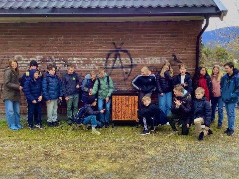 LINSTÅ: 7. klasse på Tveiten barneskole ville hjelpe til under oppryddingen av Linstå. De fikk sitt helt egne viktige oppdrag for oppryddingen.