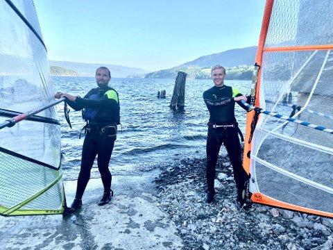 MEDVIND: Dan Huva (38) og Sindre Throndsen (24) får god fart på Heddalsvannet.