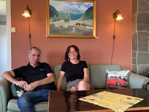 KULTUR I HOVIN: Fjellblikk Cafe er både spisested og kunstutstilling. Kafeen har blitt et viktig møtepunkt for lokalbefolkningen.Asbjørn Sauro og Kitty Larsen jobber lange dager for å holde tilbudet oppe.