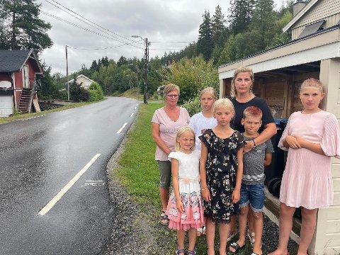 KJØR SAKTE! BARN LEKER: Ellen Marie Christiansen, Victoria Karlsen og hennes fem barn liker ikke at folk kjører langt over fartsgrensen forbi husene deres i Lisleheradvegen. De håper politiet kan ta tak.