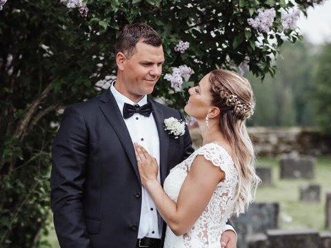 DÅP OG BRYLLUP: Espen og Ingrid Steinhaug Flåta giftet seg i datterens dåp 06. 06. 2021.