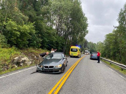 KJØRT TIL BEHANDLING: Den unge føreren er kjørt til legebehandling etter å ha kjørt i fjellveggen i morges.