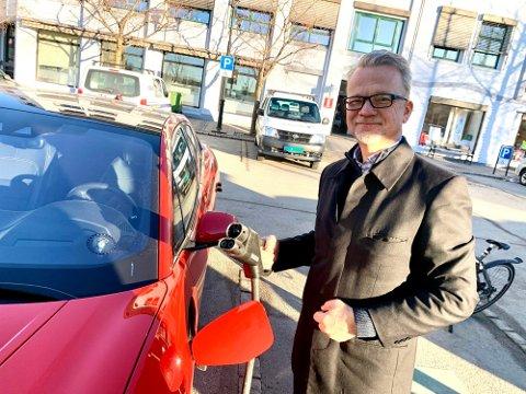 ELBIL: Har vi for få ladestasjoner på Notodden? Det tror leder i i Vestfold og Telemark elbilforlag, Geir Elsebutangen