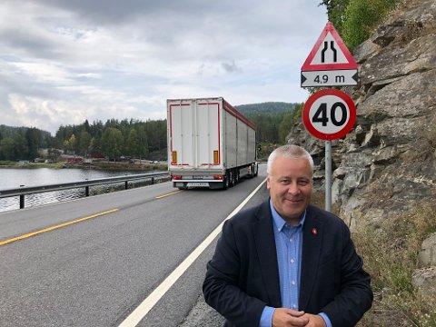 IKKE GREIT: - 40 km/t på en europavei er jo ikke greit. Om det ikke blir regjeringsskifte, skal jeg presse på for penger i 2022, blir det regjeringsskifte er jeg redd E134 kan bli stoppet med SVs og MGDs holdninger til veibygging, sier Bård Hoksrud.