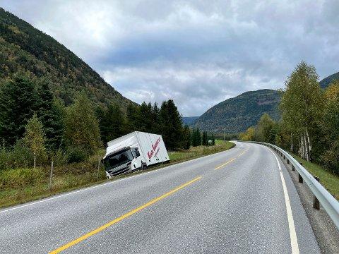 I GRØFTA: Lastebilen var på vei til Rjukan med varer da den kjørte av veien. Politiet har ikke fått medling om personskader (alle foto : Patrick Hansen)