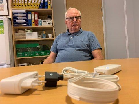 Viggo Wahl Pedersen med lekkasjestopperen som det blir solgt 20 000 enheter av hvert år.