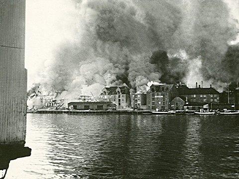 BRANN: Et av mest kjente bildene fra bybrannen. Det er tatt av Jens Gundersen og viser Storkaia i full fyr.